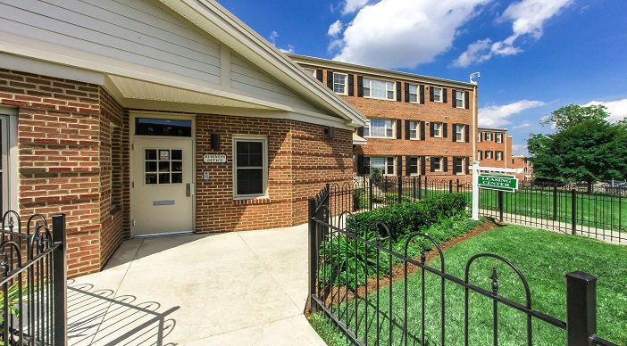 fairway-park-apartments-northeast-dc-rentals-leasing-office-entrance